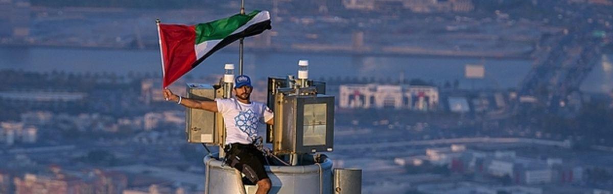 Dubai: HH Sheikh Hamdan raises UAE national flag atop Burj Khalifa.