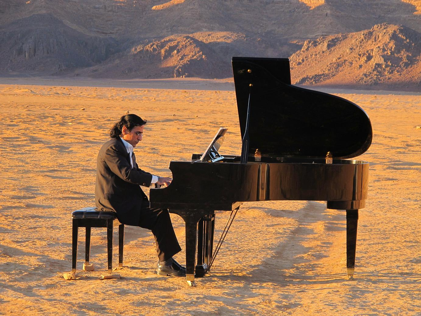 Creative thinking:  A pianist playing the Lawrence-of-Arabia theme in Jordan's Wadi Rum. ©Christina Feyerke