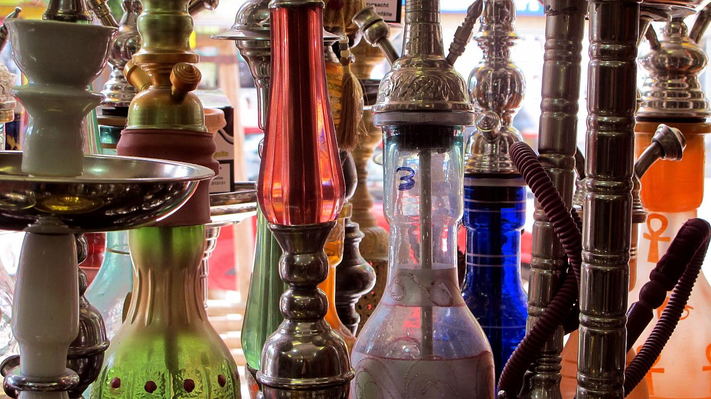 Don't let smoke get in your eyes: The Shesha shop in Hermannstraße bursts with water pipe beauties.